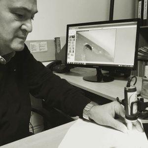 Ricardo trabajando en un ensayo de laboratorio y determinación de sithophilus en fideos.